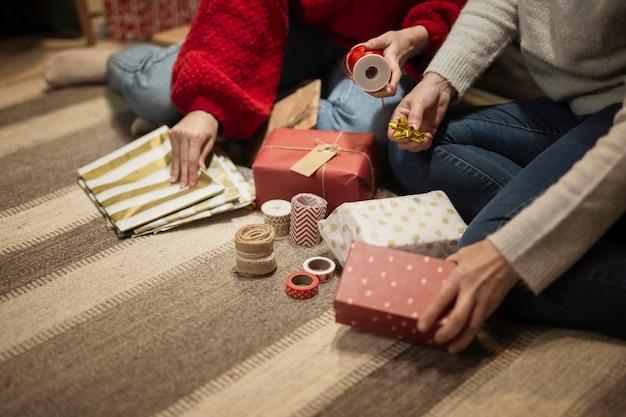 Mutter und tochter, die geschenke einwickeln