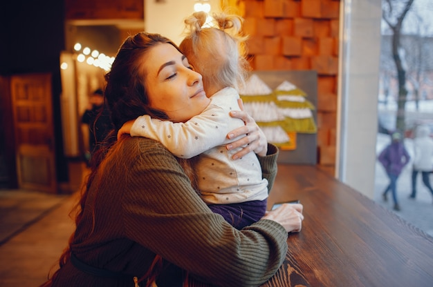 Mutter und tochter, die in einem café sitzen