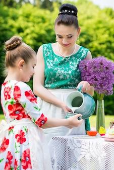 Mutter und tochter, die kleine kuchen kochen