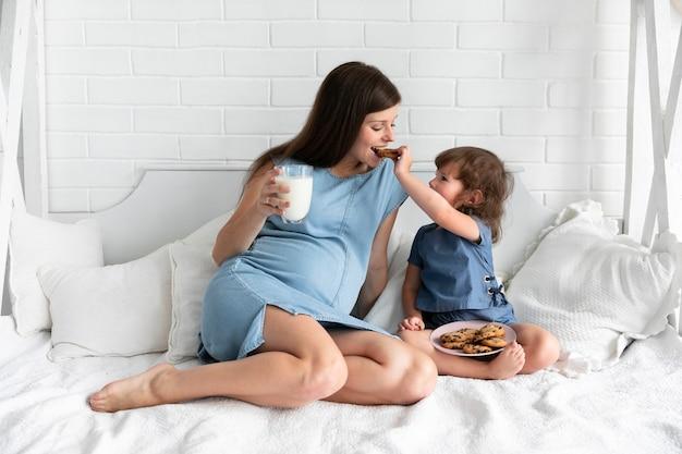 Mutter und tochter, die schokoladenplätzchen essen