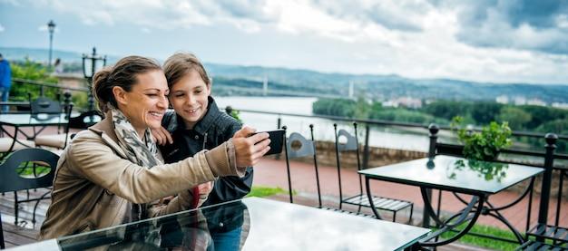 Mutter und tochter, die selfie nehmen
