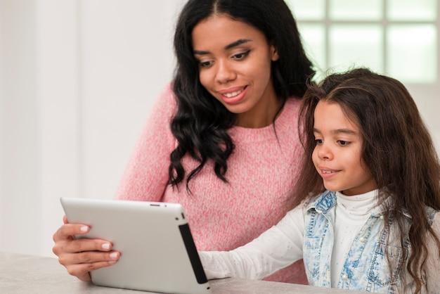 Mutter und tochter, die tablette verwendet