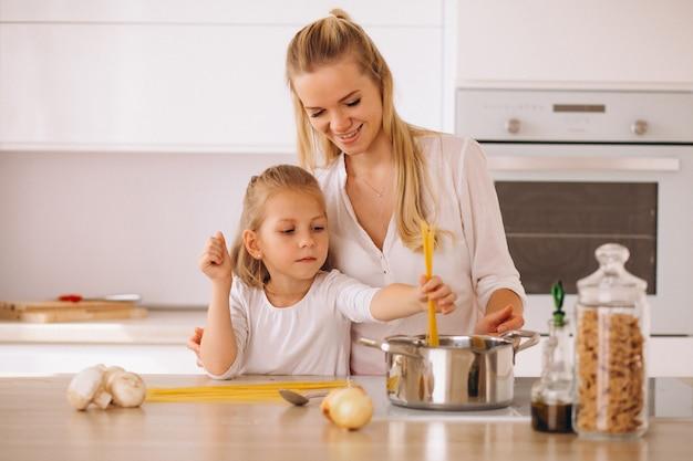 Mutter und tochter, die teigwaren kochen