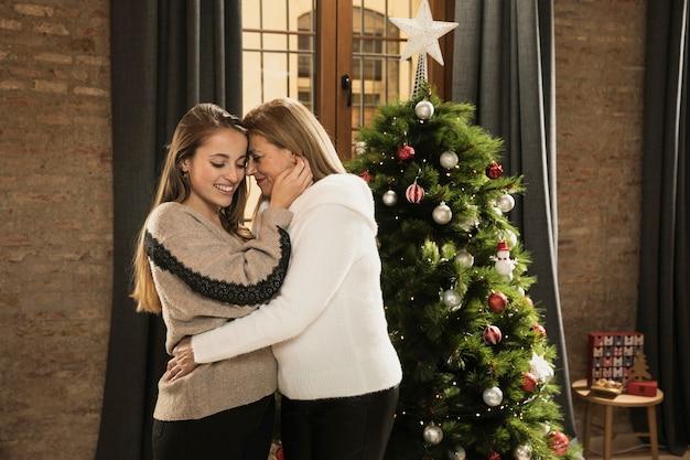 Mutter und tochter, die weihnachten feiern