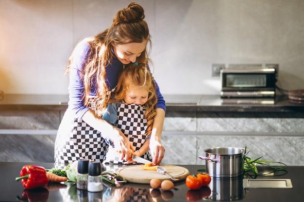 Mutter und tochter, die zu hause kochen
