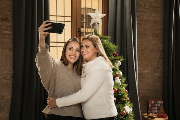 Mutter und tochter, die zusammen ein selfie machen