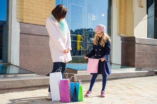 Mutter und tochter, die zusammen einkaufsreise genießen