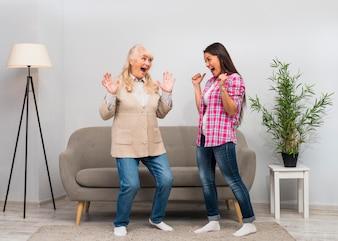 Mutter und Tochter, die zusammen im Wohnzimmer Spaß machen