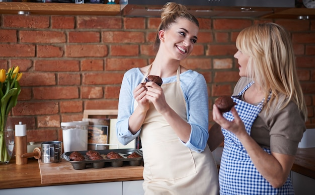 Mutter und tochter essen schokoladenmuffins