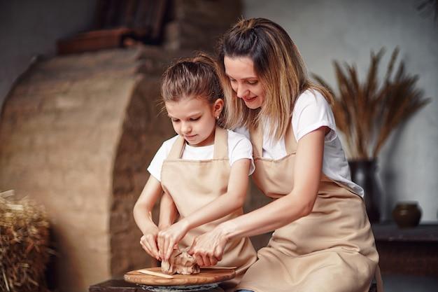 Mutter und tochter formen mit ton und genießen die keramikkunst und den produktionsprozess
