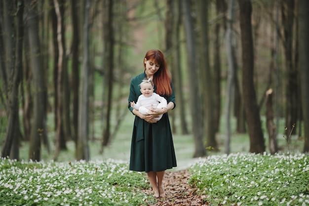 Mutter und tochter freuen sich, zusammen zu sein