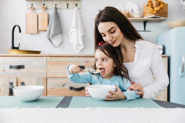 Mutter und tochter frühstücken