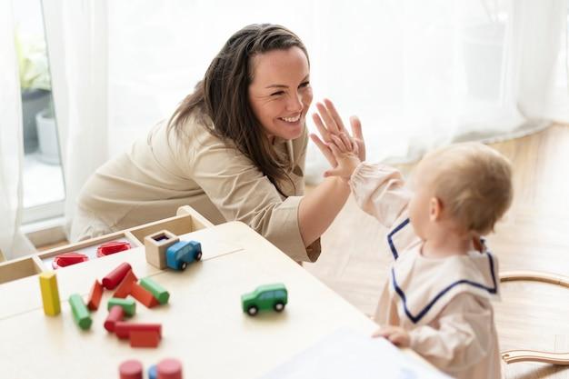 Mutter und tochter geben high fives