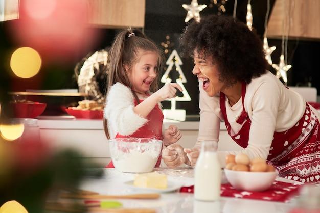 Mutter und tochter genießen in der küche zu weihnachten