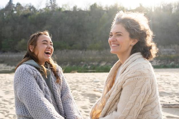 Mutter und tochter haben eine tolle zeit zusammen am strand