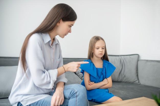 Mutter und tochter haben einen konflikt und sehen gestresst aus