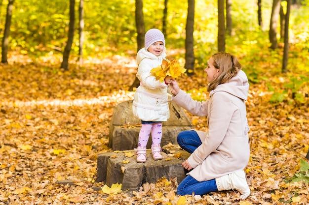 Mutter und tochter im herbstpark