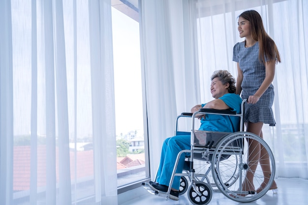 Mutter und tochter im krankenhaus