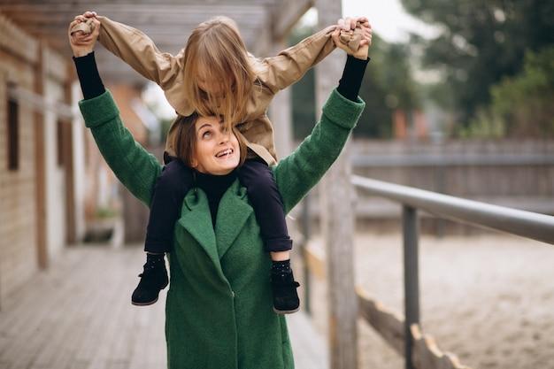 Mutter und tochter im stall spazieren