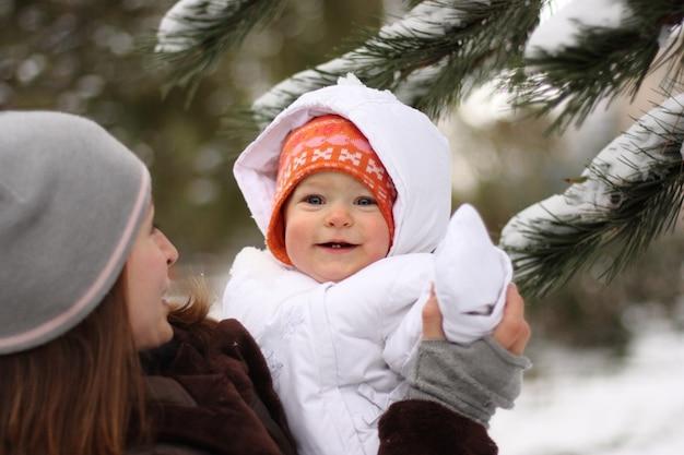 Mutter und tochter im winterpark