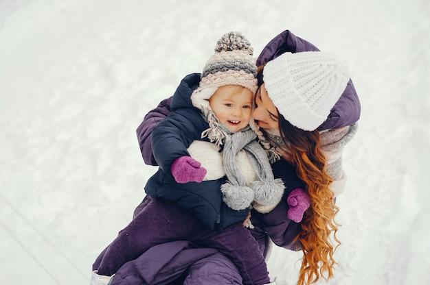 Mutter und tochter in einem winterpark