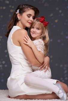 Mutter und tochter in liebe umarmen