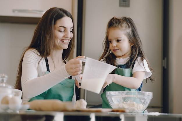 Mutter und tochter kochen den teig für kekse