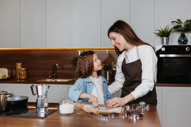 Mutter und tochter kochen zusammen in der küche zu hause