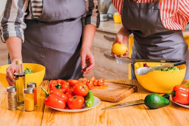 Mutter und tochter kochen zusammen in der küche
