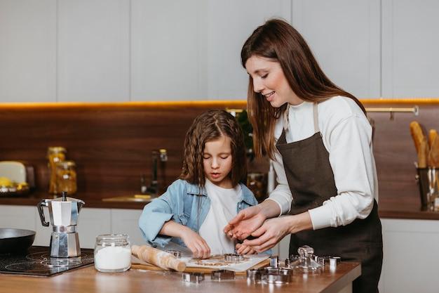 Mutter und tochter kochen zusammen zu hause in der küche
