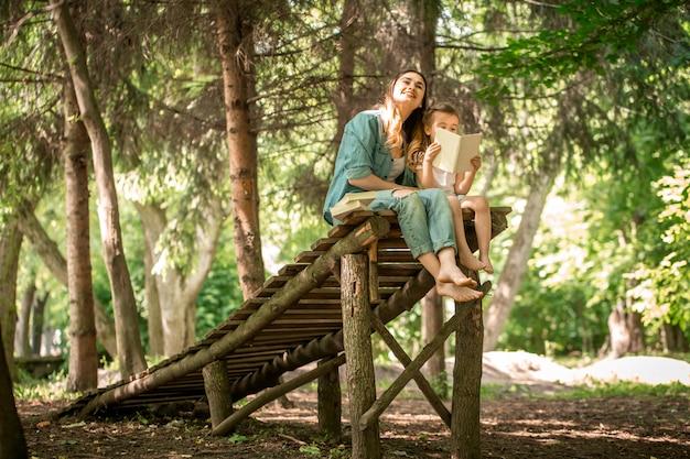 Mutter und tochter lasen im park ein buch