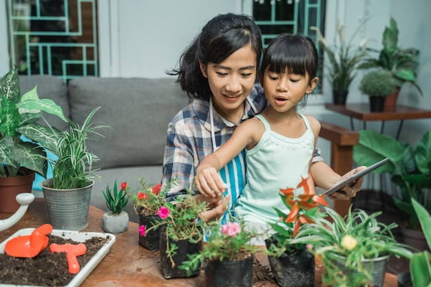 Mutter und tochter lernen etwas über pflanzen