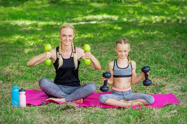 Mutter und tochter machen gymnastikübungen