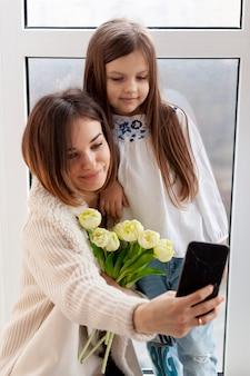 Mutter und tochter machen selfie