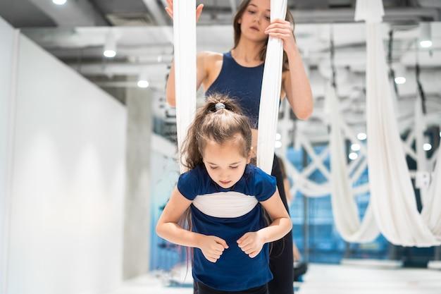 Mutter und tochter machen yoga