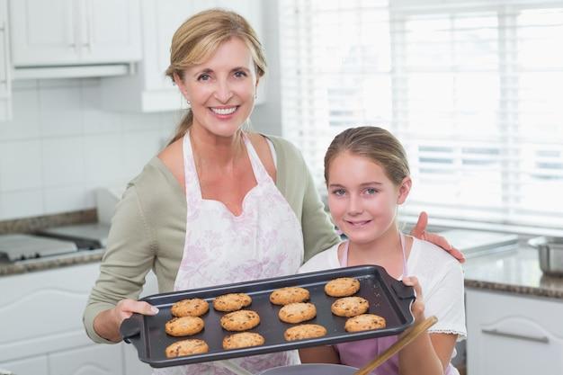 Mutter und tochter machen zusammen kekse