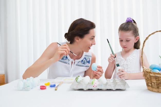 Mutter und tochter malen ostereier