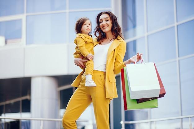Mutter und tochter mit einkaufstasche in einer stadt