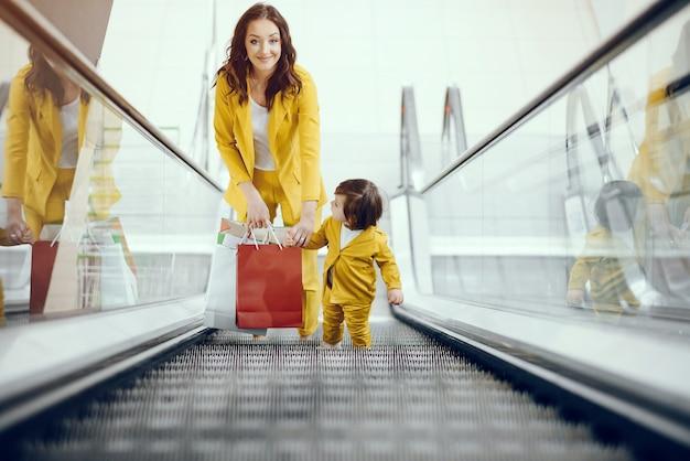 Mutter und tochter mit einkaufstasche