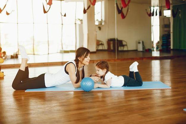 Mutter und tochter mit fitball