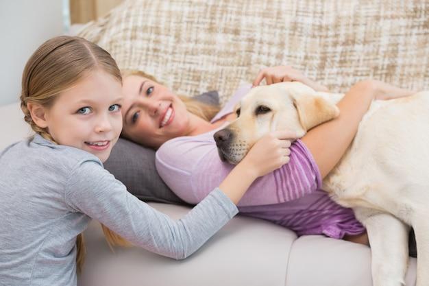 Mutter und tochter mit haustier labrador