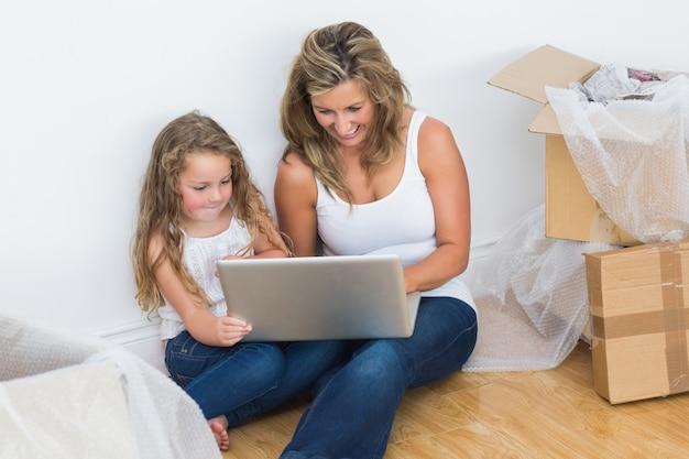 Mutter und tochter mit laptop