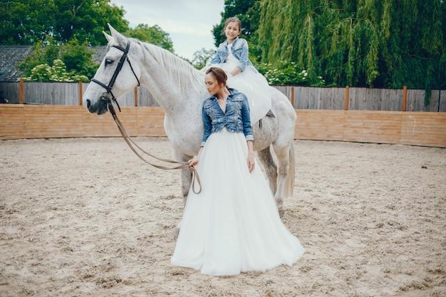 Mutter und tochter mit pferde