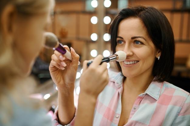 Mutter und tochter mit pinseln im make-up-salon