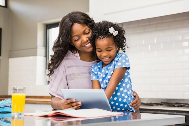 Mutter und tochter mit tablet