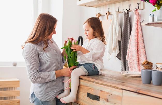 Mutter und tochter mit tulpenblumen