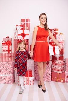 Mutter und tochter mit weihnachtsgeschenken
