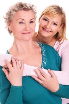 Mutter und tochter posieren auf weiß