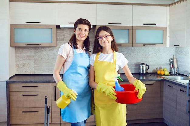 Mutter und tochter putzen das haus