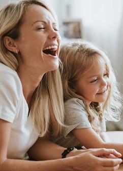 Mutter und tochter schauen sich einen cartoon auf einem digitalen tablet an